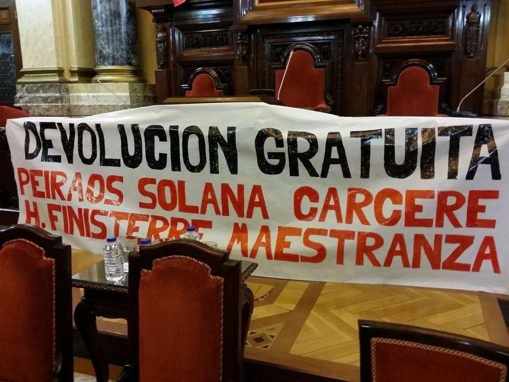 Parcarta da Comisión Aberta en Defensa do Común colocada onte no salón de plenos durante a celebracion da Asemblea Cidadá